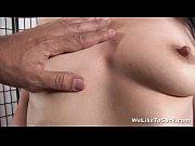 Рыжая девушка сосет большую трубочку со сливками