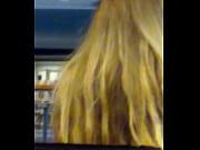 парень лижет блондинке за столом