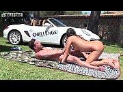 видео голые девушки ходят без трусиков