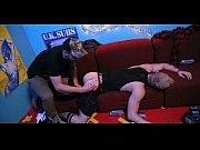 Девушка в пеньюаре снимает стринги
