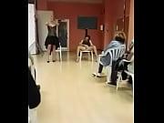 mujer ense&ntilde_a c&oacute_mo hacer squirt en p&uacute_blico