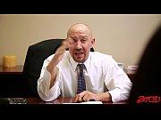 мужик трахает блондинку резиновым членом видео