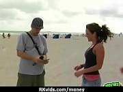 длиннаногие девушке позируют фотографу