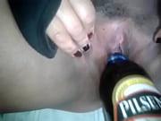 mi amiga se deja meter una botella de verbeza en su vagina (concha)