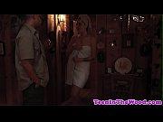 порно подглядывание под юбку между ног