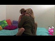 Женщина гинеколог засунула пальцы и начала видео