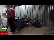 Engrasando la bicicleta y el co&ntilde_o de la gorda grabado con c&aacute_mara oculta GUI030