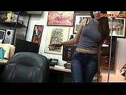 Порно актриса танцует на сцене