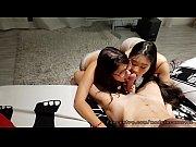 jovencita y japonesa cachondas les gusta jugar con.