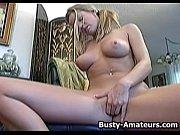 Смотреть голая девушка позирует перед камерой
