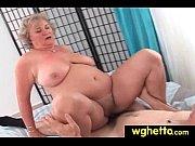 смотреть онлайн пышногрудую блондинкой принимает душ