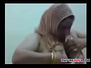 Зрелая женщина мастурбирует раковиной