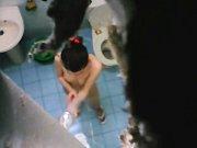 perempuan cantik mandi