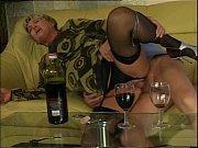 парень лежит на кровати и дрочит порно видео