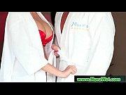 голая девушка без лифчика танцует под музыку в наушниках видео