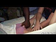 соблазняет самца ножками онлайн