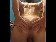 Зрелая женщина мастурбирует до оргазма дома на скрытую камеру