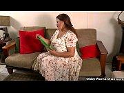 Зрелая женщина надевает презерватив ртом