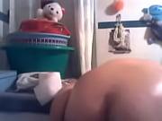 Девушка мастурбирует пальцами и кончает струей на камеру