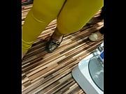Эротично раздвигает ноги с очень большой попой и большой грудью