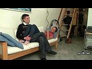 молодая мастурбирует на диване