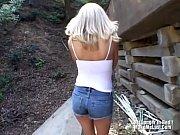 Дала потрогать грудь на улице