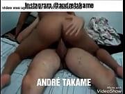 Andre Takame comendo morena