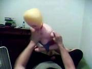 Девушка показывают жырочку своей попки на камеру
