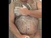 coroa peludo gostoso tomando banho e.
