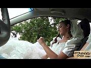 видео жена сует палец мужу в анал