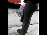 девушки идет и раздевается на улице