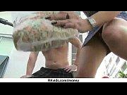 смотреть женщина суёт себе в писю шарик