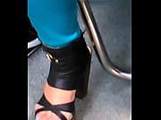 2 - hermosa chica del metro en zapatillas.