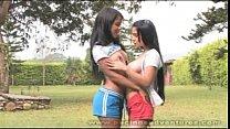 Pareja de lesbianas se lo pasan jugando al balón y inspeccionando sus cuerpos mutuamente