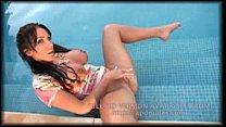 Девушка в микро бикини разгуливает по пляжу