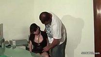 Sekretaerin wird von ihrem Chef mit dicken Schw...