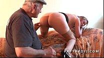 Papy baise une jeune pute avec un pote qui la s...