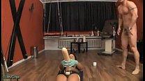1 brune defonce le cul d'un mec avec des godes énormes - download porn videos