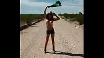 Gatita vaquera en el desierto de Chihuahua