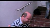 Auf der Messe im Treppenhaus brutal zwei Typen ...