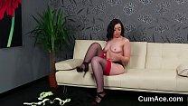 Девственница мастурбирует в постели
