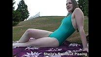 Блондинка в зелёном купальнике