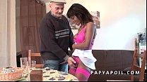 Papy se fait pomper par une black qui se fait s...