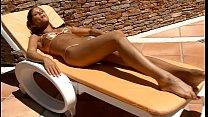 Голая гимнастка в обтягивающем купальнике