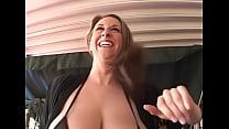 Amateur slet laat zich tussen haar dikke tieten neuken