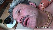 Секс с дедом на диване
