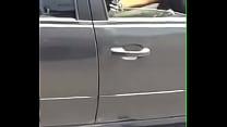 Safada batendo siririca no carro na rodovia