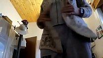 Mamma italiana in casa si cambia di vestito e poi esce per la spesa con un vibratore rosa nel perizoma! Scopri cosa succede!