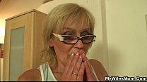 Bejaarde weduwe word door haar potente kleinzoon geneukt