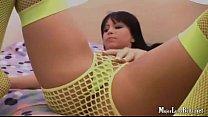 Linda latina jugando con juguetico